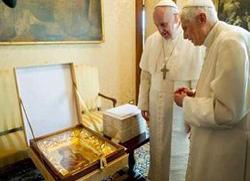 Папа Франциско свом претходнику поклонио дар Патријарха Кирила