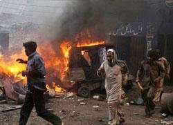 У пламену хришћанске куће у Пакистану