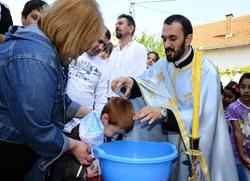 Бесплатно крштење 97 малишана