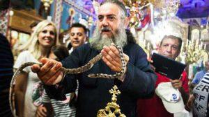 Кефалонијa: Верници се моле са змијама