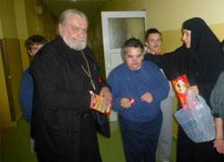Свештеник дели дарове дијаспоре