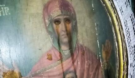 Мироточи 9 икона и 7 крстова у руској сеоској цркви (видео)